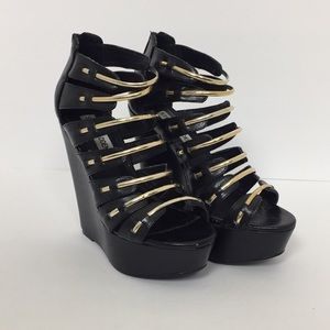 Shoes - Steve Madden Size 6 Wedge Black and Gold